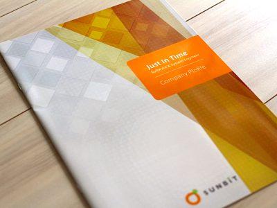 会社案内、だけど採用にも使いたい。SE人材派遣会社の会社案内パンフレットデザイン