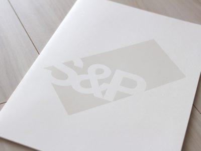 素材感で勝負。潔さが光るパンフレットデザイン事例