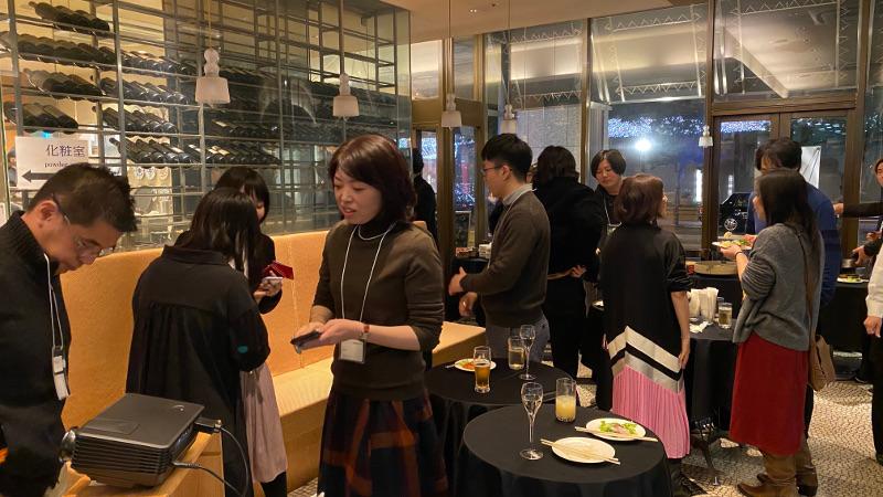 100人のデザイナー新年会の風景