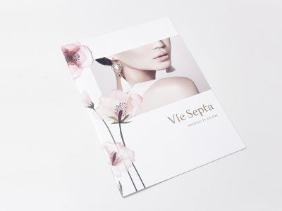 化粧品パンフレットをシリーズ化したブランディング施策